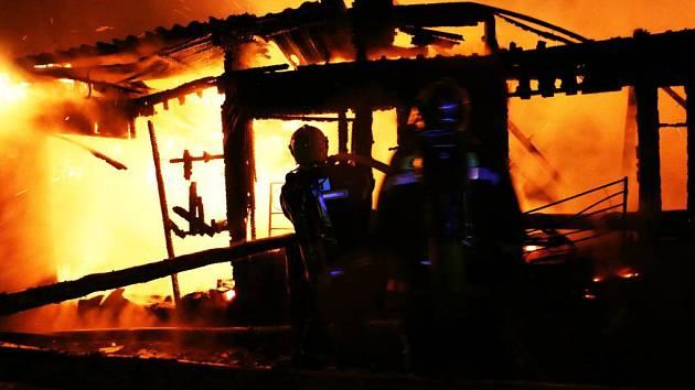 Hasiči zasahují u požáru konírny v Bělkovicích - Lašťanech