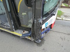 Srážka Land Roveru s autobusem MHD v Olomouci