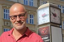 Pavel Straka ze společnosti Life in town v koláži s hodinami na náměstí Hrdinů s opraveným ciferníkem