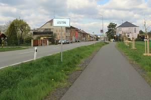Ústín. Nová cyklostezka ve směru od Topolan.
