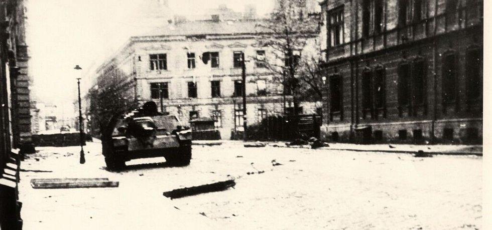 Komenského ulice před příchodem Rudé armády - německý stíhač tanků Jagdpanzer