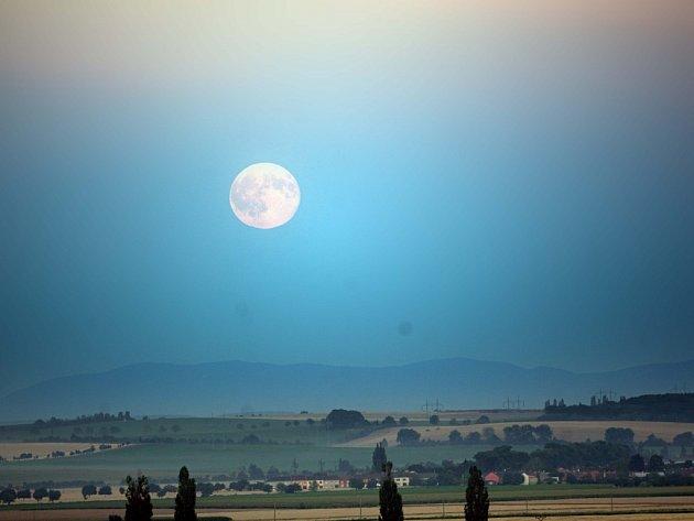 Tzv. modrý Měsíc – druhý úplněk v kalendářním měsíci nad Hanou
