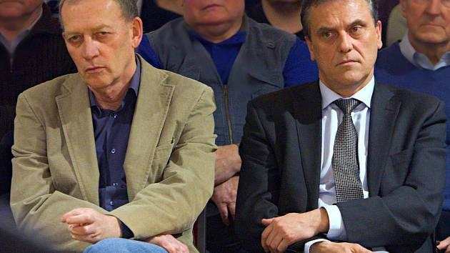 Lídr KSČM v Olomouckém kraji Alexander Černý (vlevo) a hejtman Jiří Rozbořil (ČSSD)
