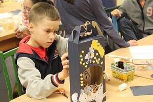 Páteční předvánoční dílna v Domě dětí a mládeže v Janského ulici v Olomouci byla zaměřena na výrobu papírových betlémů.