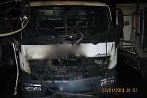 Požár v hale s nákladními auty v olomoucké části Holice
