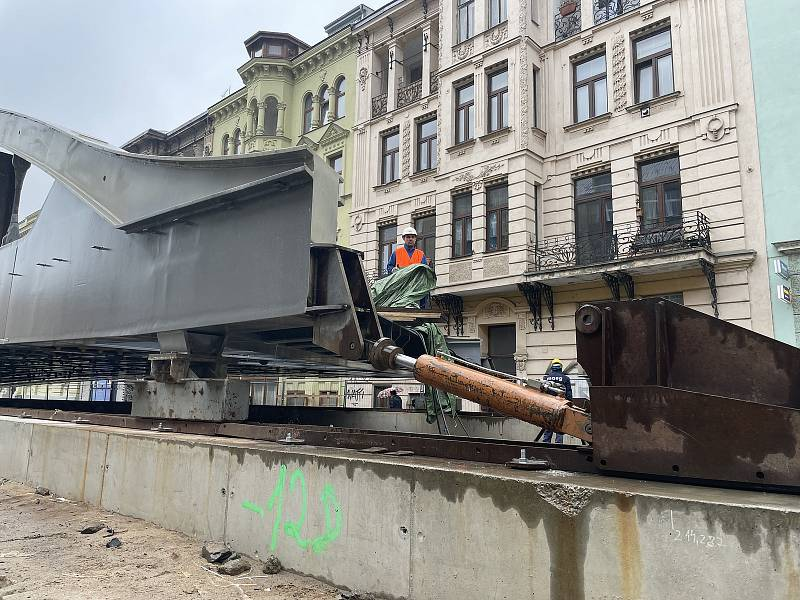 V Masarykově ulici v Olomouci začal přesun druhé poloviny konstrukce mostu, Rejnoka, přes řeku Moravu, 6. října 2021