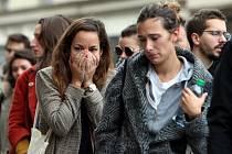 Lidé před barem Le Carillon, který byl jedním z cílů pátečního útoku teroristů v Paříži