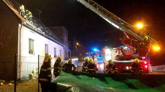 Při požáru azylového domu pro rodiče s dětmi zemřel člověk