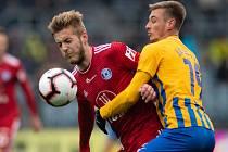 SFC Opava proti Sigmě Olomouc.  Jakub Plšek (SK Sigma Olomouc), Jakub Janetzký (SFC Opava).