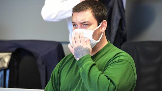 Vlastimil Janiček u krajského soudu v Olomouci. Podle obžaloby pobodal ve vlaku u Hranic spolucestujícího poté, co mu vytkl jeho nevhodné chování.