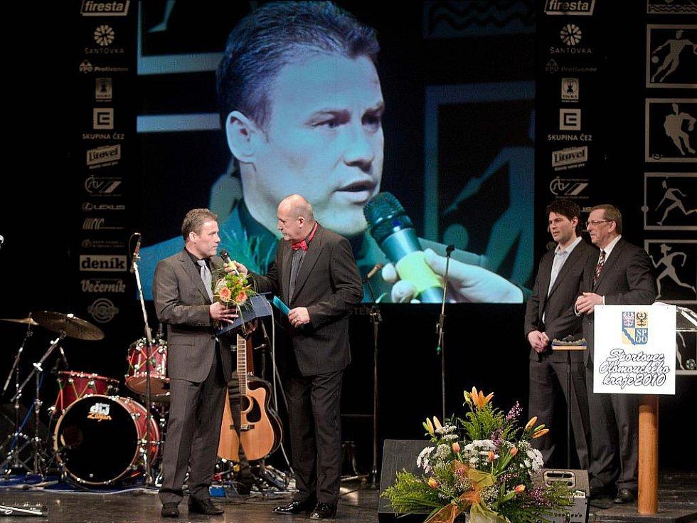 Z vyhlášení ankety o nejlepšího sportovce Olomouckého kraje za rok 2010 - Pavel Hapal přebírá cenu