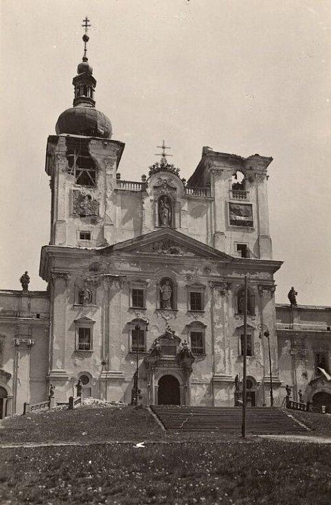 Ostřelováním poškozená bazilika na Sv. Kopečku. 8. května 1945