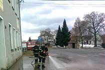 Prudké tání znamená práci pro hasiče, odčerpávají vodu ze zatopených sklepů a kanálů