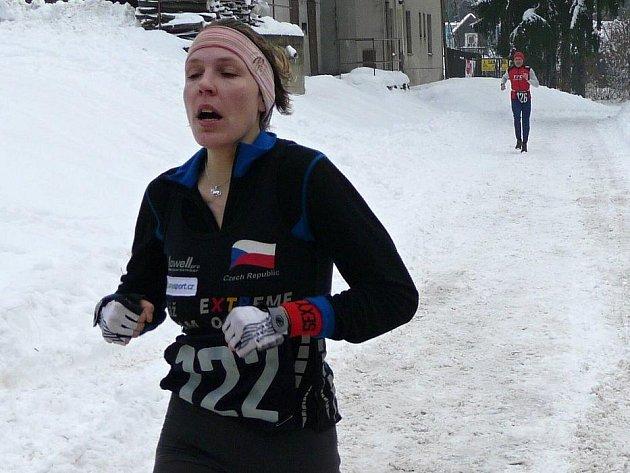 Absolutní vítězka mezi ženami  Esentierová (č. 122) v cíli závodu