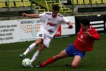 Fotbalisté Holice (v bílém) porazili Třebíč 1:0.