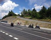 Opravená silnice přes Červenohorské sedlo přitahuje motorkáře. Na sedle se otáčejí a pouštějí se zatáčkami do údolí Desné.
