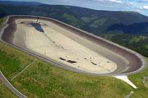 Vypuštěná horní nádrž přečerpávací vodní elektrárny Dlouhé Stráně