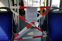 """Ke kabině řidiče se cestující už nedostanou, do úterý budou takto """"upraveny"""" všechny autobusy"""