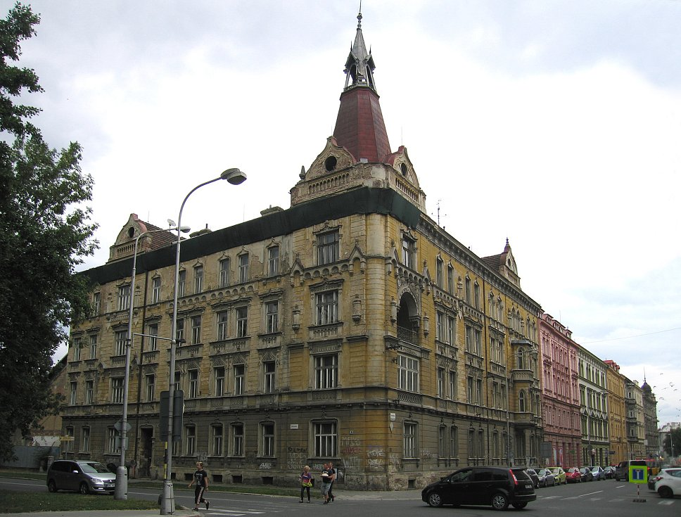 Historický dům na rohu Komenského a Dobrovského ulice v Olomouci před rekonstrukcí
