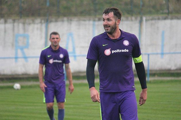 Mohelničtí fotbalisté (ve fialovém) vyhráli vposledním utkání podzimu vKralicích 6:1.Roman Kuba