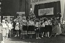 UKONČENÍ ŽNÍ. Dožínkové slavnosti v Újezdu v roce 1959.
