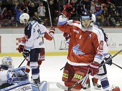 Olomoučtí hokejisté (v červeném) porazili Plzeň 5:0. David Škůrek