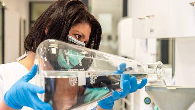 Lékárna Fakultní nemocnice Olomouc vyrábí dezinfekci.