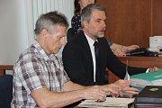 Vladimír Hučín (vlevo) u olomouckého Vrchního soudu