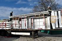 Na plochu u olomoucké tržnice přivezli materiál na stavbu vánočního ruského kola, 19. listopadu 2019
