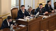 Noví místopředsedové Sněmovny zleva Tomio Okamura (SPD), nový předseda Sněmovny Radek Vondráček (ANO) a další místopředsedové Vojtěch Filip (KSČM), Jan Hamáček (ČSSD) a Vojtěch Pikal (Piráti) na ustavující schůzi Poslanecké sněmovny