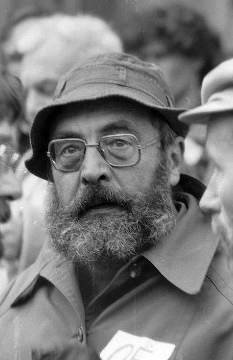 Disident a budoucí první porevoluční primátor Milan Hořínek na demonstraci v listopadu 1989
