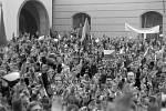Shromáždění Olomoučanů na Horním náměstí (tehdejším náměstí Míru)