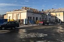 Přestavba nádraží ve Šternberku, 8. ledna 2020. Dělníci snesli starou střechu objektu a pracují na novém krovu.