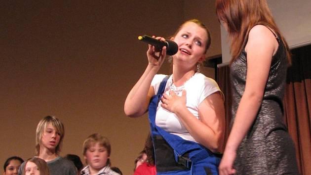 Žáci olomoucké školy populárního zpěvu předvedli svou verzi muzikálu Mamma Mia.