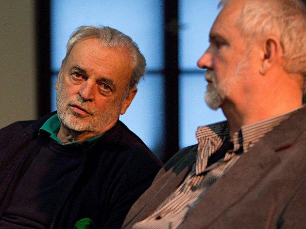 Režisér Mojžíš (vpravo) představí v Arcidiecézním muzeu film o Ivanu Theimerovi (vlevo), natáčení probíhalo i v Olomouci.