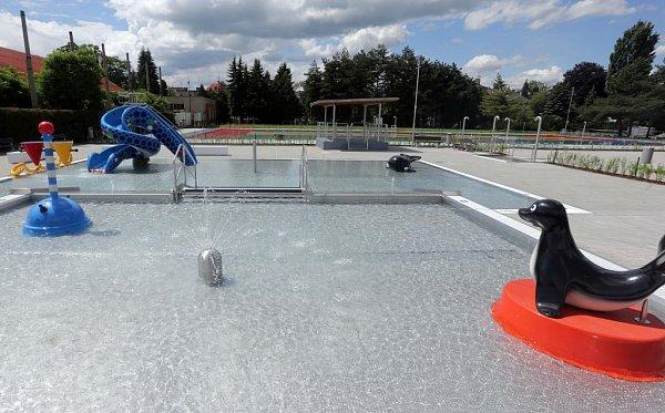 Venkovní bazén olomouckého koupaliště vnovém hávu