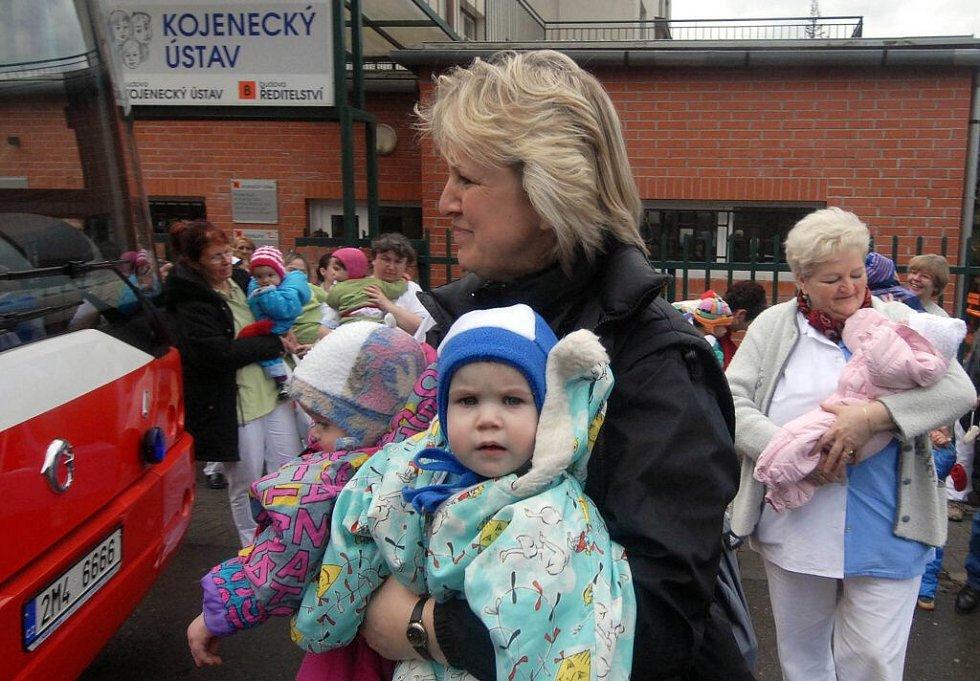 Poslední březnový den roku 2006 se muselo evakuovat. Děti již nebyly v olomouckém kojeneckém ústavu v bezpečí