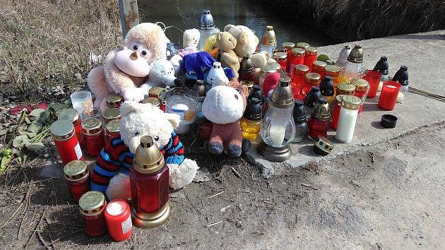 Na místě tragické havárie v Holici, při které zemřely dvě děti, vzniklo pietní místo. Lidé sem nosí plyšové hračky a zapalují u cesty svíčky