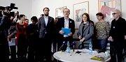 Ředitel Muzea umění Olomouc Michal Soukup čte výzvu k rezignaci ministra kultury Antonína Staňka. 21. března 2019