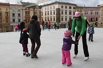 V sobotu  11. listopadu se na Dolním náměstí v Olomouci popré otevřelo mobilní kluziště.