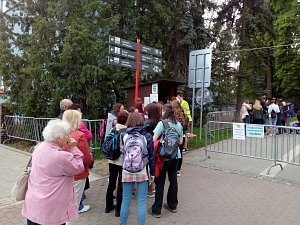 Smetanovy sady v Olomouci jsou uzavřeny. Bez peněz se do nich nikdo nedostane. Ani místní, kteří jimi denně spěchají do práce. Musejí si koupit průchodku, za niž  dají 150 korun. Platí 15 minut. Pokud se chodec či cyklista opozdí, o peníze přijde.