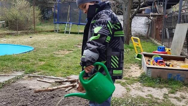 Práce na zahradě pomáhá zahnat chmury a zabavit děti. Ilustrační foto