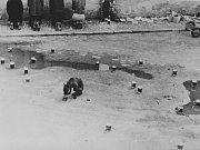 Eugen Brikcius, Zátiší s pivem 1 (vytváření kompozice esteticky ozřejměných půllitrů piva v městské scenérii (záznam akce – happeningu). Kampa, Praha, květen 1967
