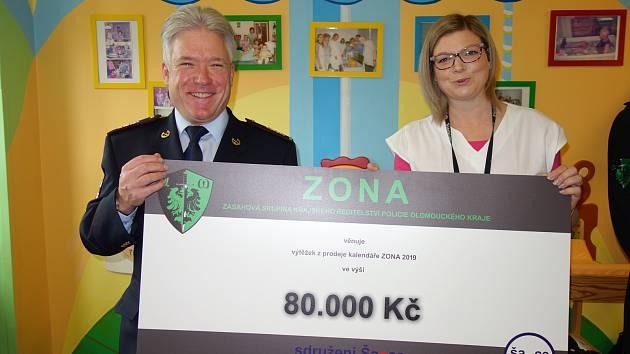 Výtěžek z prodeje kalendáře zásahovky předali za přítomnosti krajského ředitele Tomáše Landsfelda obecně prospěšné společnosti Šance Olomouc.