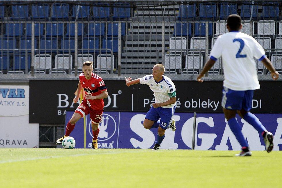 Olomoučtí fotbalisté (v červeném) porazili v přípravě druholigový Šamorín 3:0Šimon Falta (s míčem)