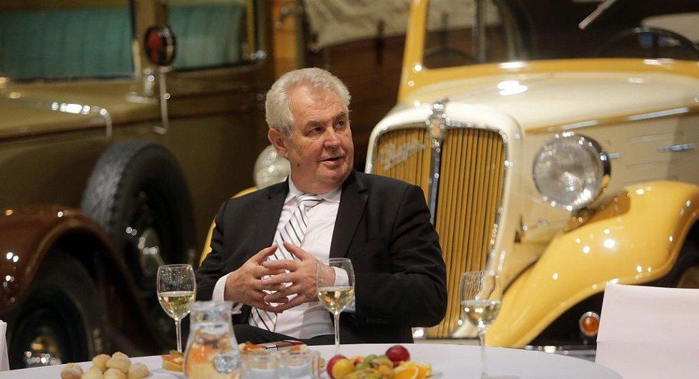 Prezident Zeman při prohlídce muzea historických automobilů Veteran Arena v Olomouci