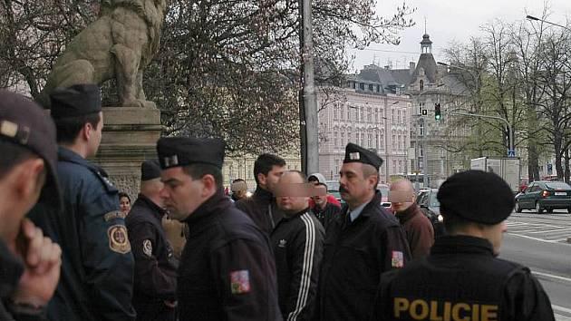 Policejní asistence u olomouckého okresního soudu 15. dubna 2010 kvůli sporu svou rodin ze Šternberka