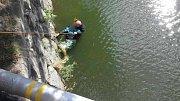 Hasiči zachraňují muže z řeky Moravy v centru Olomouce -středa 23. srpna