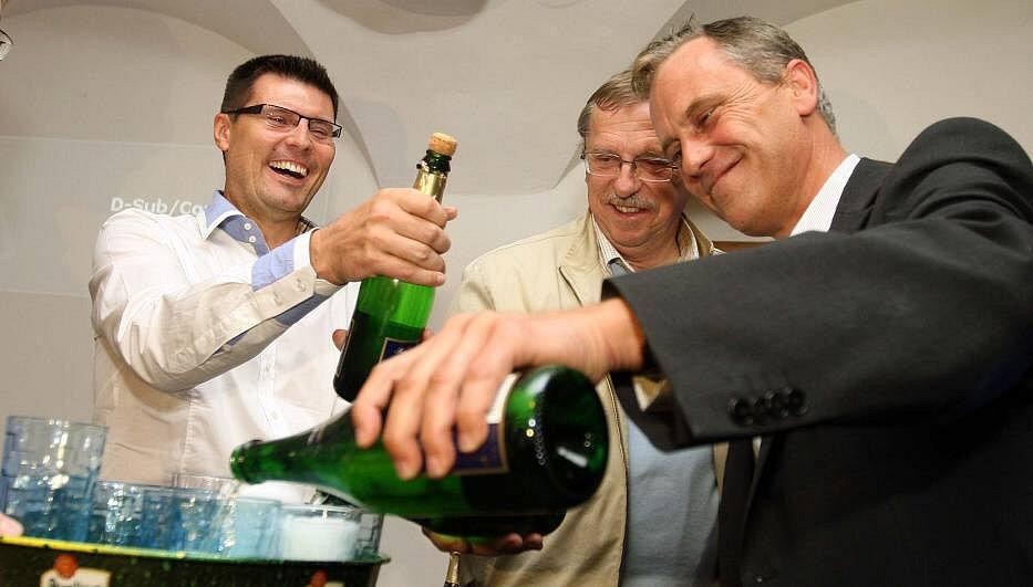 Oslavy vítězství ve volební štábu ČSSD v Olomouci - vpravo lídr kandidátky Jiří Rozbořil, vedle odstupující hejtman Martin Tesařík