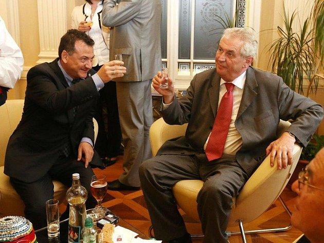 Alessandro Alagia se při své práci poradce ministra pro místní rozvoj setkal i s prezidentem České republiky Milošem Zemanem